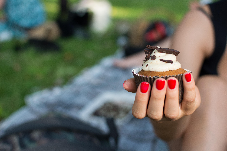 foodiesfeed.com_picnic-cupcake